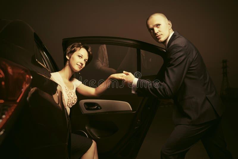 Lyckliga barnmodepar i en bil royaltyfri bild