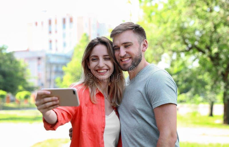 Lyckliga barnpar som tar selfie royaltyfri bild