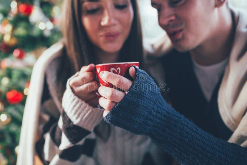 Lyckliga barnpar som tycker om i kaffe royaltyfri bild