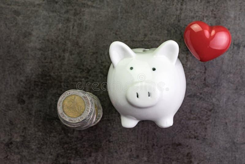 Lyckliga besparingar och sunt begrepp för personlig finans med den vita pi arkivfoton