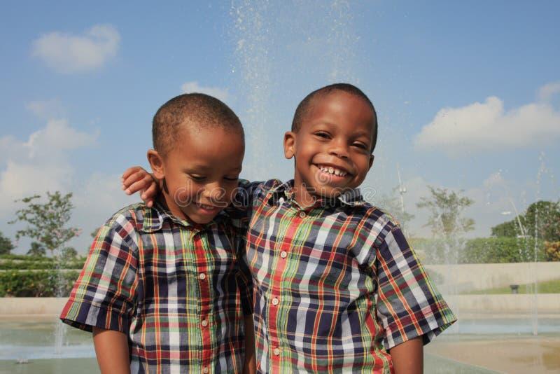 lyckliga bröder royaltyfri foto