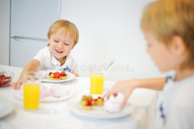 Download Lyckliga Bröder Under Lunchen I Köket Arkivfoto - Bild av frukt, kokkonst: 78726512