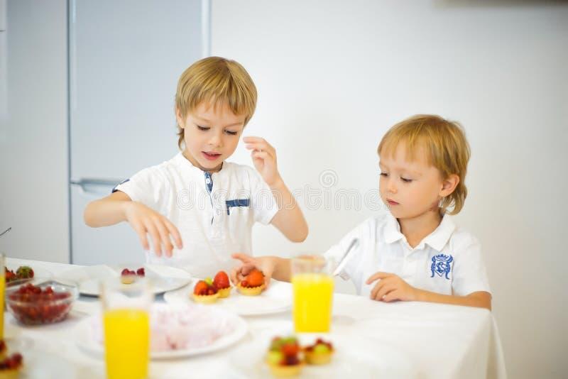 Download Lyckliga Bröder Under Lunchen I Köket Fotografering för Bildbyråer - Bild av frukt, kamera: 78726537