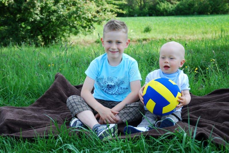 Lyckliga bröder utomhus i sommar royaltyfria foton