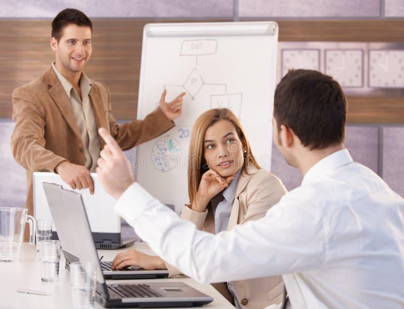 Lyckliga businesspeople som har utbildning royaltyfri foto