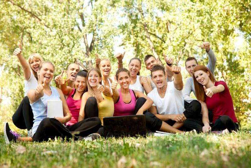 Lyckliga deltagare i park fotografering för bildbyråer