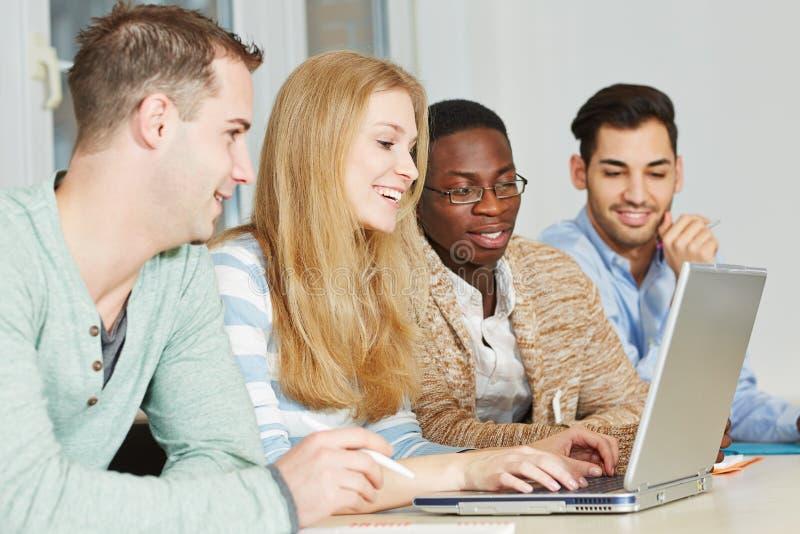 Deltagare som tar privata kurser royaltyfri bild