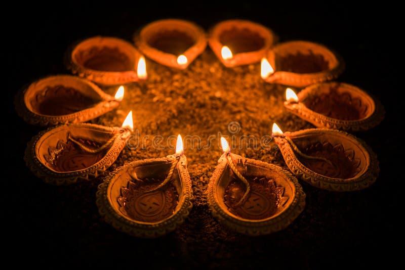 Lyckliga Diwali och cirkel av Diya - många terrakottadiyas eller ordnad over lerayttersida eller jordning för olje- lampor i rund arkivfoton