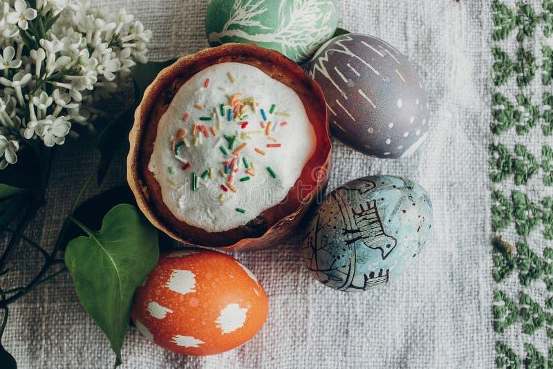 lyckliga easter easter bröd och ägg med blom- och fågelungeornam fotografering för bildbyråer