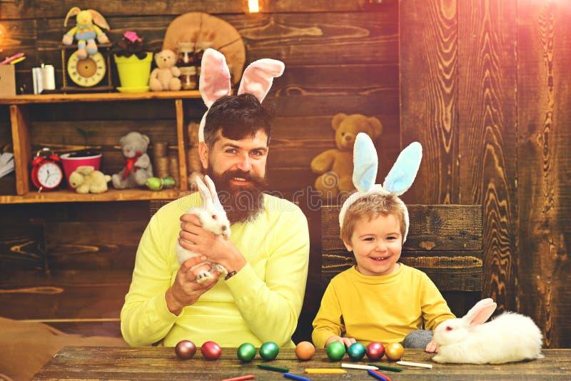 Lyckliga easter kanins familj med kanin?ron royaltyfri fotografi