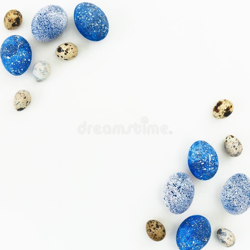 lyckliga easter Ram med blåa spräckliga easter ägg och vaktelägg med kopieringsutrymme på vit bakgrund Lekmanna- lägenhet, bästa  royaltyfria foton