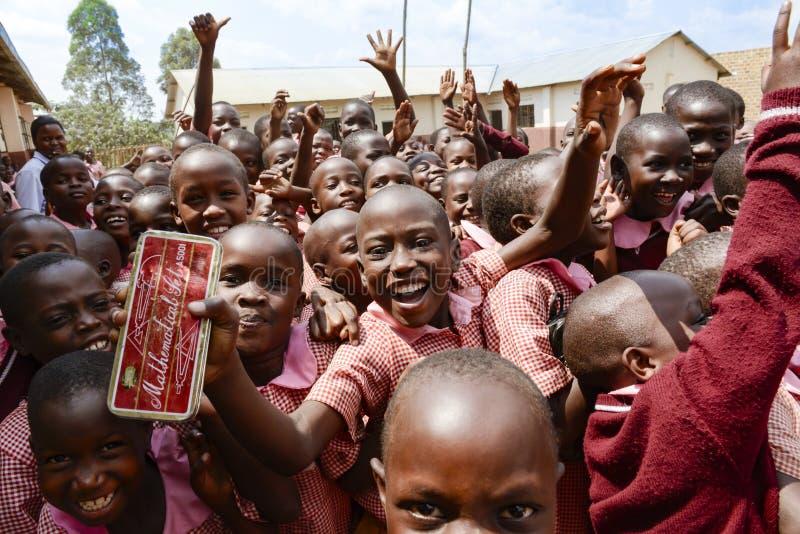 Lyckliga elever som får skolamaterial fotografering för bildbyråer