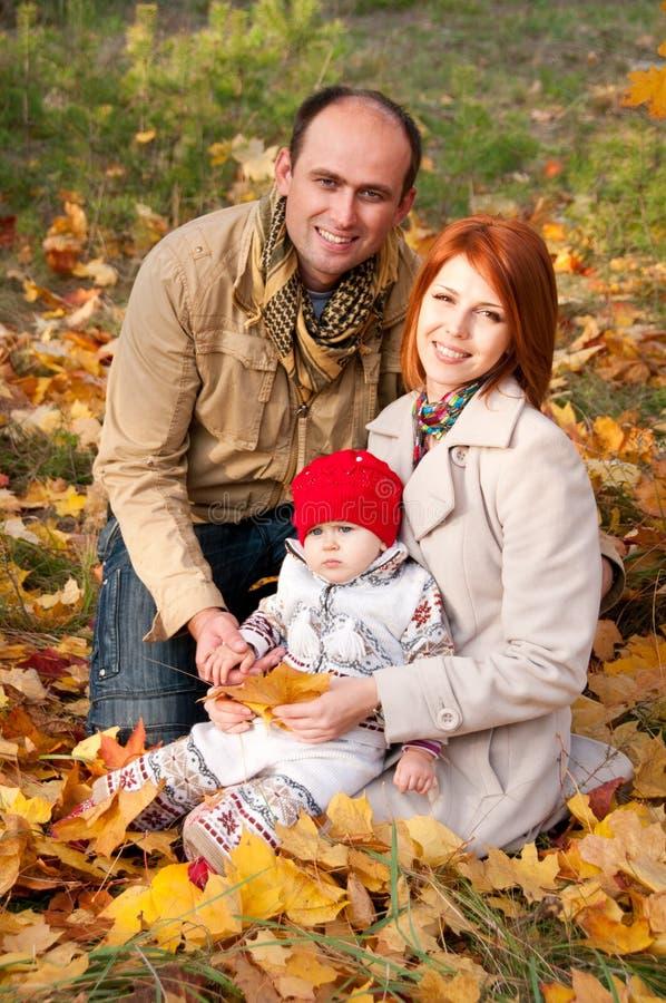 Lyckliga föräldrar. Fader, moder och liten dotter royaltyfri bild