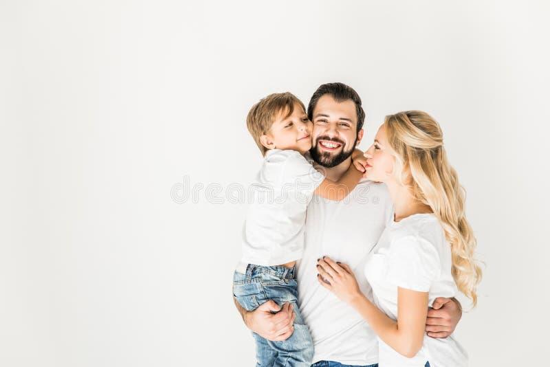 Lyckliga föräldrar med den lilla sonen arkivfoto