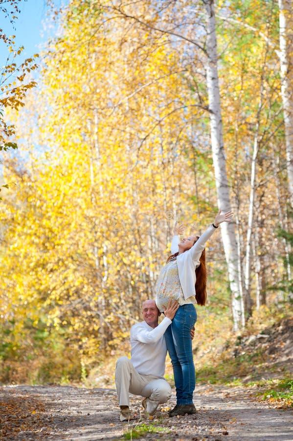 Download Lyckliga Förväntansfulla Föräldrar Fotografering för Bildbyråer - Bild av leende, elevator: 37348297