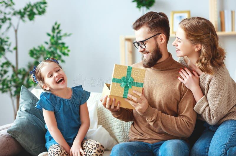 Lyckliga faders dag! familjmamma och dotter att gratulera farsan och ge g?van royaltyfri fotografi