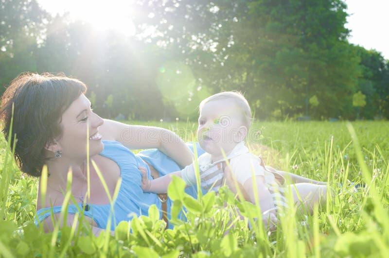 Lyckliga familjelivbegrepp och idéer Caucasian brunettmoder med hennes litet barnson som tillsammans spenderar Tid royaltyfri fotografi