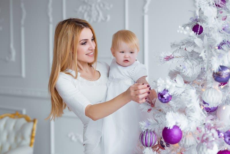 Lyckliga familjferier Moder- och barndottern i jul dekorerat rum firar jul och nytt år royaltyfria bilder