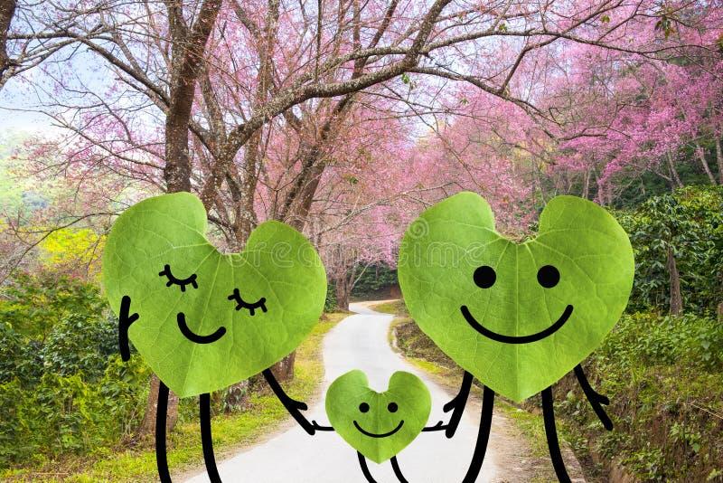 Lyckliga familjinnehavhänder. grönt miljöbegrepp. arkivbilder