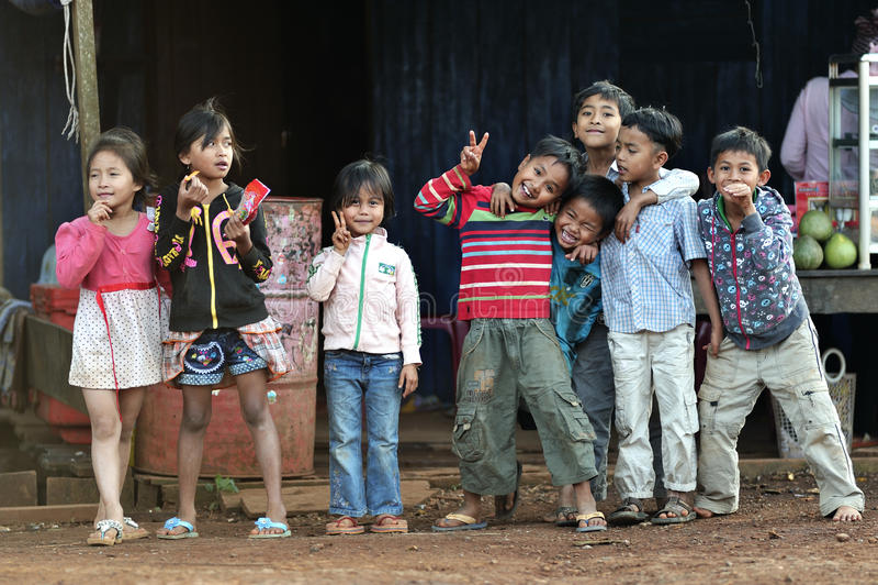 Lyckliga fattiga leendebarnflickor och pojkar i den asia byn royaltyfria foton