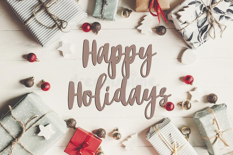 Lyckliga ferier smsar, det säsongsbetonade tecknet för hälsningskortet julfla royaltyfri fotografi