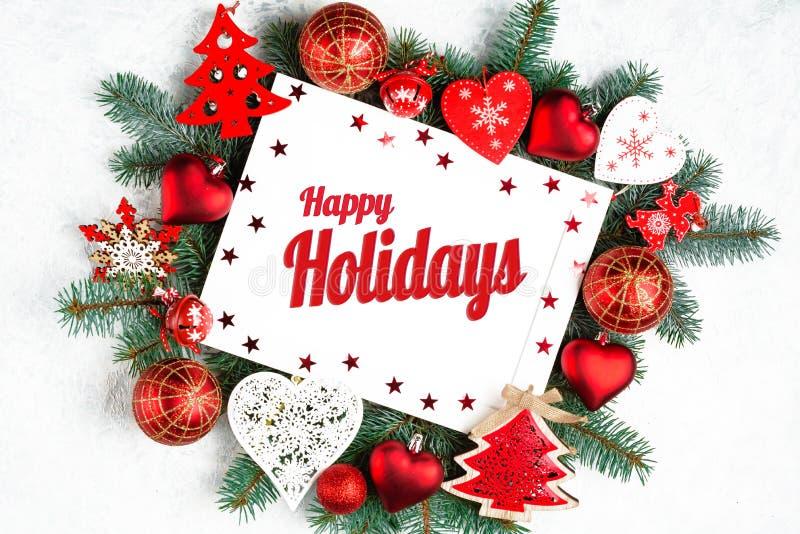 Lyckliga ferier smsar med vintergröna filialer för ferie och trädet för nytt år för photoframe, den bästa sikten för röda garneri arkivfoto
