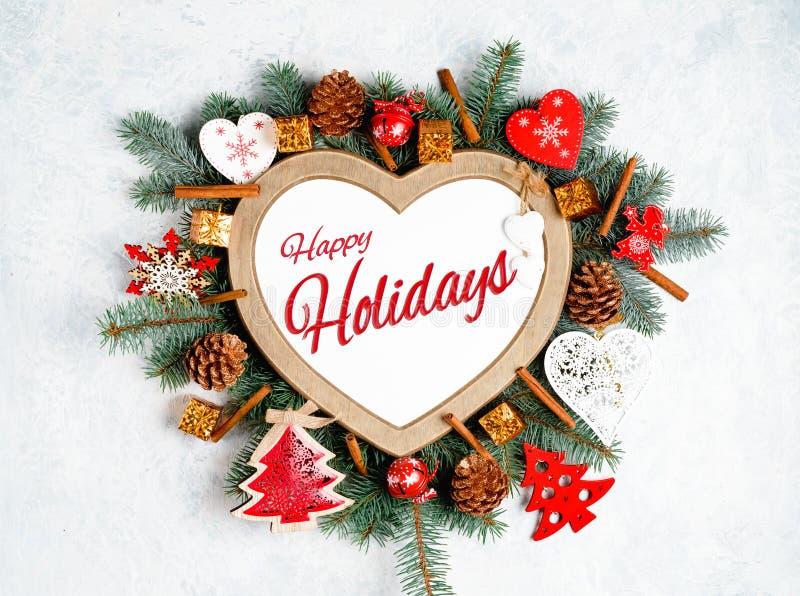 Lyckliga ferier smsar med vintergröna filialer för ferie, ram i formen av en hjärta fotografering för bildbyråer