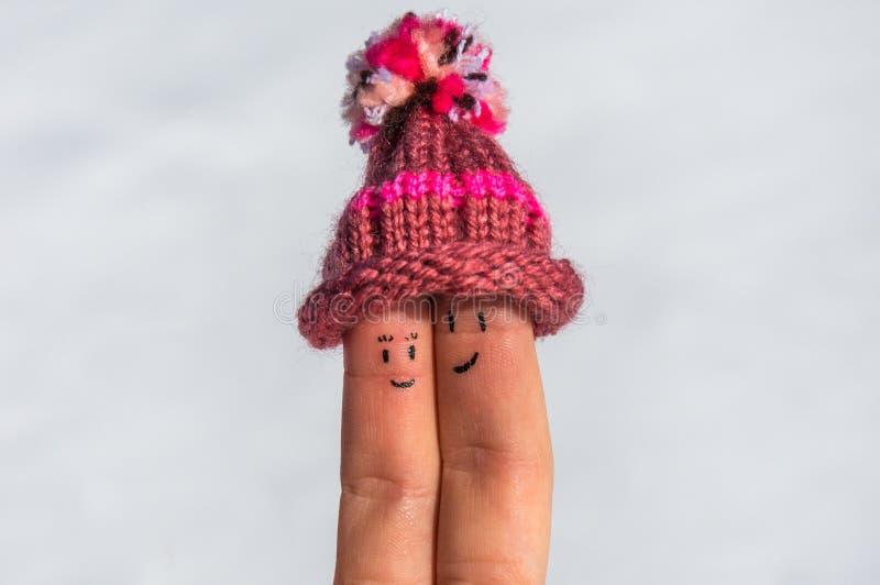 Lyckliga fingrar på en snöbakgrund fotografering för bildbyråer