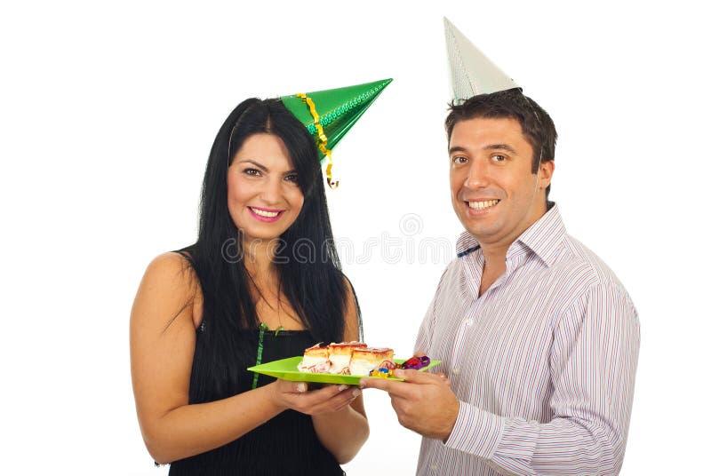 lyckliga fira par för födelsedag arkivbilder