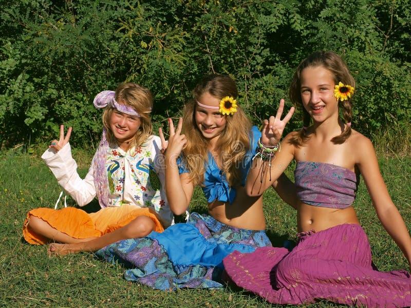 Lyckliga flickor i en äng 1 royaltyfri foto