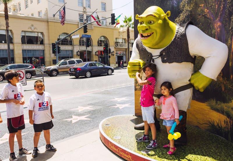 Lyckliga flickor nästan Shrek royaltyfri fotografi