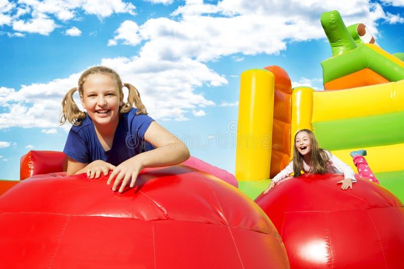 Lyckliga flickor på den Jupming slotten arkivfoton