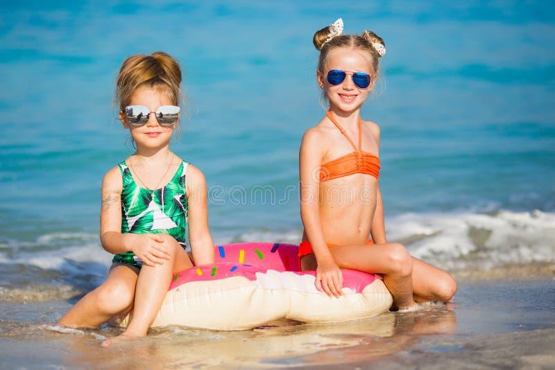 Lyckliga flickor på havet Gladlynta flickvänner som omkring spelar på semester fotografering för bildbyråer