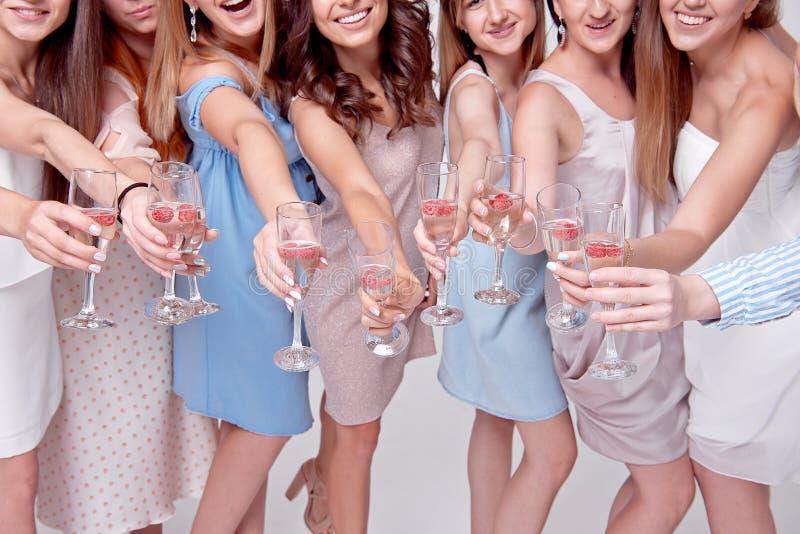 Lyckliga flickor som har gyckel som dricker med champagne på partiet Begrepp av uteliv, ungmöparti, möhippa arkivbilder