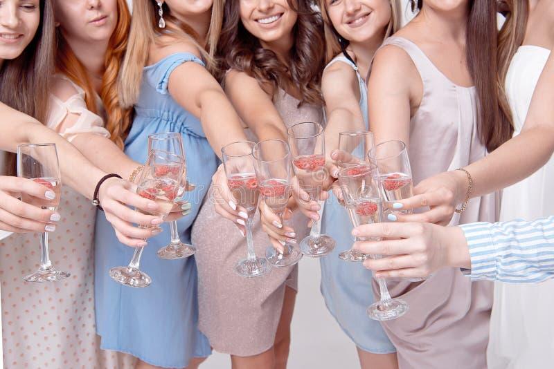 Lyckliga flickor som har gyckel som dricker med champagne på partiet Begrepp av uteliv, ungmöparti, möhippa arkivfoton