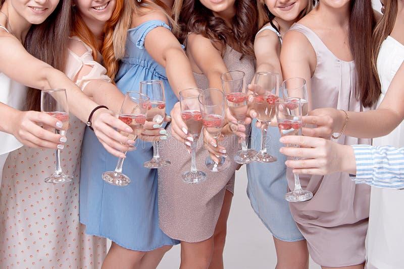 Lyckliga flickor som har gyckel som dricker med champagne på partiet Begrepp av uteliv, ungmöparti, möhippa royaltyfria bilder