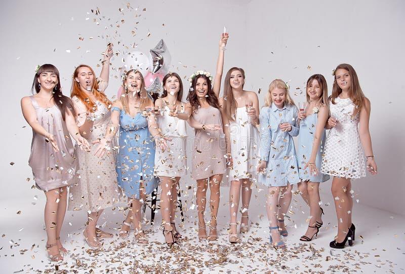 Lyckliga flickor som har gyckel som dricker med champagne på partiet Begrepp av uteliv, ungmöparti, möhippa royaltyfri bild