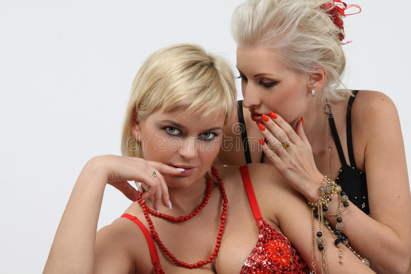 lyckliga flickvänner tala två barn royaltyfri foto