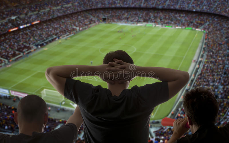 Lyckliga fotbollfans royaltyfri bild