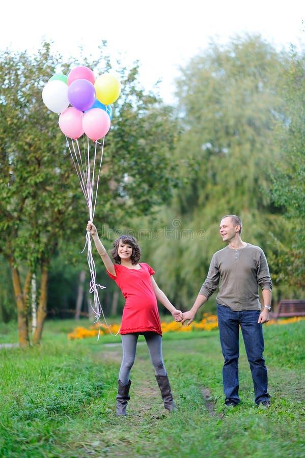 Lyckliga framtidsföräldrar på gå arkivbilder