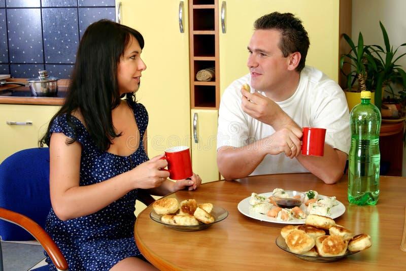 lyckliga frukostpar royaltyfria bilder