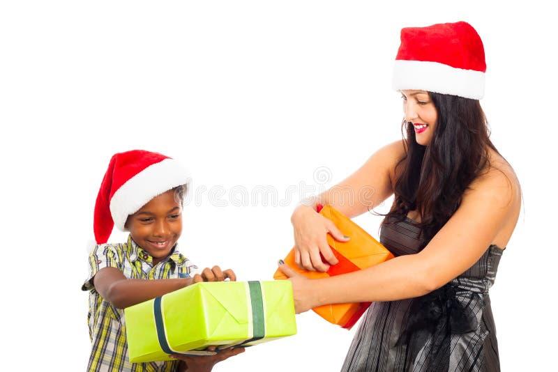 Lyckliga gåvor för kvinna- och pojkeöppningsjul royaltyfri fotografi