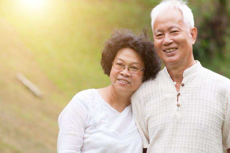 Lyckliga gamla asiatiska par royaltyfri bild