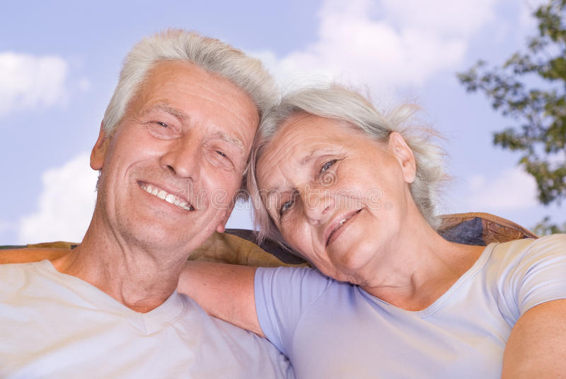Lyckliga gammalare par royaltyfria foton