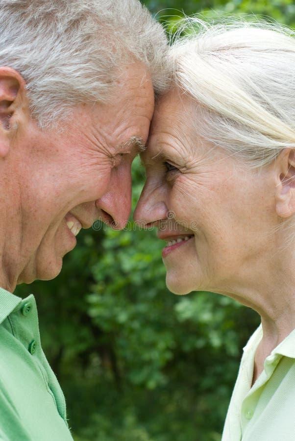 Lyckliga gammalare par royaltyfri fotografi
