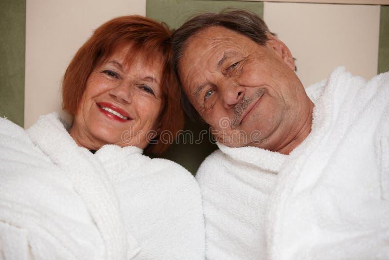 Lyckliga gammalare par i badrock arkivbild