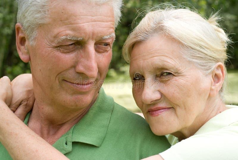 Lyckliga gammalare par i park arkivfoto