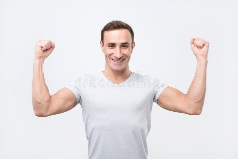 Lyckliga glade tagnävar för stark man, iklädd tillfällig skjorta royaltyfri foto