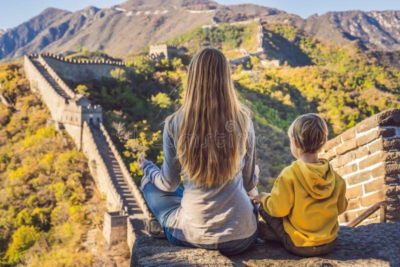 Lyckliga gladlynta glade turister mamma och son på den stora väggen av Kina mediterar på semestertur i Asien Kinesisk destination arkivbilder