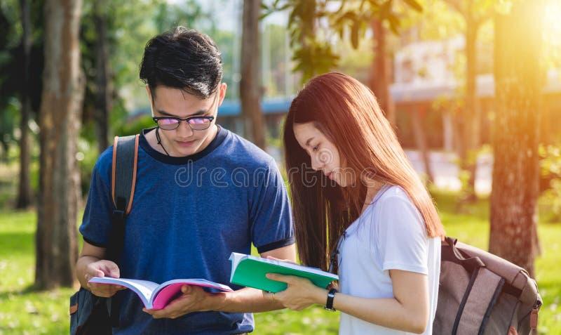 Lyckliga gruppvänstudenter som står i högskola royaltyfri fotografi